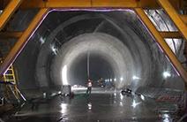 京张高铁东花园隧道贯通