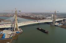 国内最大跨度高铁无砟轨道矮塔斜拉桥合龙